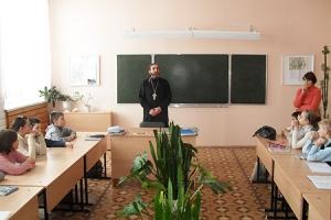 В Черкасской средей школе состоялась встреча священника со школьниками