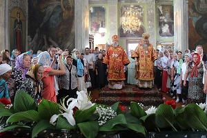 совершил в сослужении митрополита Рязанскогого Вениамина литургию Никольском хра