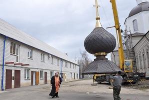 Установлены купол и крест на колокольню Георгиевского храма г. Ливны