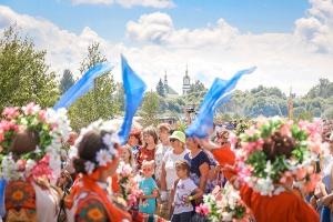 Литургия и международный фестиваль: Льгов стал центром празднования Святой Троицы на Орловщине