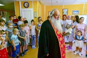 Владыка Тихон благословил пациентов отделения детской онкологии НКМЦ