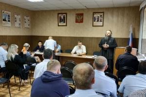 Священник прочитал лекцию о мировых религиях полицейским Мценска