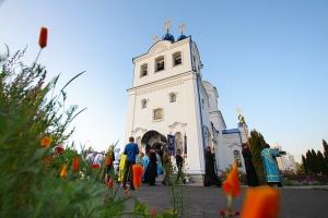 Владыка Тихон возглавил всенощное бдение с чином погребения плащаницы Божией Матери в Свято-Успенском монастыре