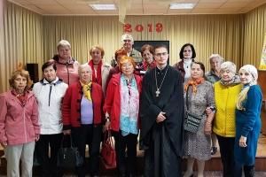 Священник рассказал орловским одиноким пенсионерам о духовной жизни