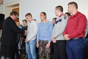 Священник благословил болховских призывников на службу в Российской армии