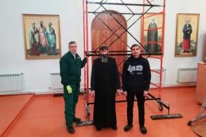 Орловские православные активисты провели большую уборку в сельском храме