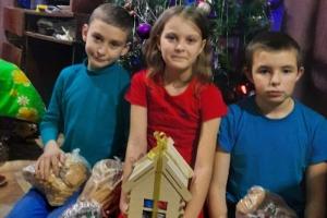 Праздник пришел туда, где его особенно ждали: прихожане Троицкого храма поздравили нуждающиеся семьи