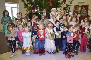 Более 70 одаренных и талантливых детей из Знаменского района получили новогодние подарки от благочинного