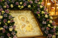 В канун празднования Иверской иконе Божией Матери митрополит Орловский и Болховский Тихон возглавил всенощное бдение в храме Иверской иконы Божией Матери города Орла. 24 февраля 2021 г.