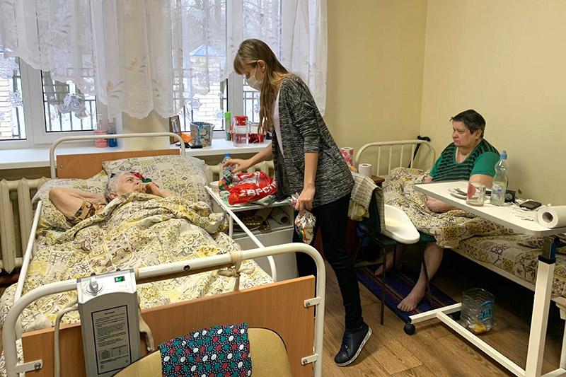 Добровольцы православных движений поздравили с Рождеством подопечных Богдановского дома-интерната, чьи контакты с внешним миром в период пандемии ограничены